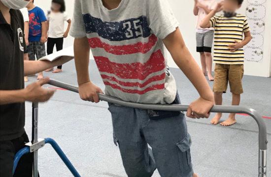 鉄棒をする男の子