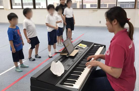 ピアノを弾いている女性と子供