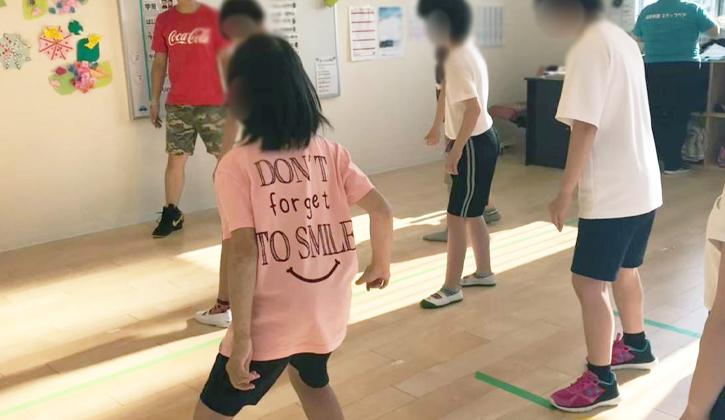 ダンスをする子供たち
