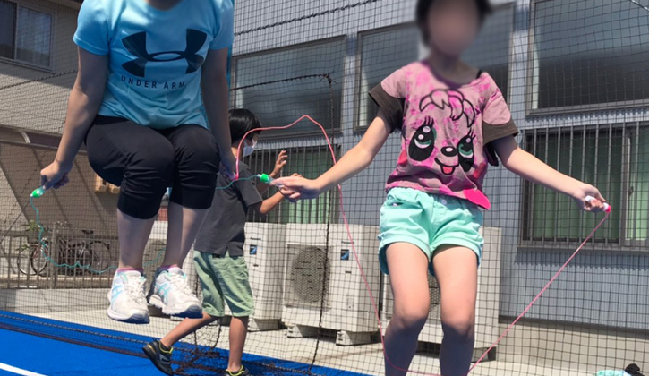 縄跳びする子ども